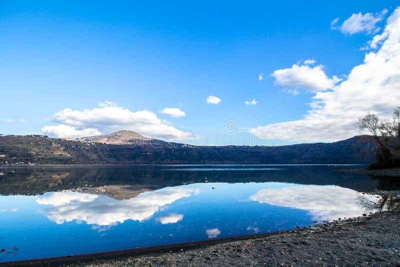 Jeziorny Albano, powulkaniczny krateru jezioro blisko Rzym, Włochy zdjęcie royalty free