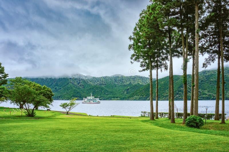 Jeziorny Ashi w Hakone parku narodowym, także znać jako Hakone jezioro lub Ashinoko jezioro, prefektura kanagawa, Japonia obrazy stock