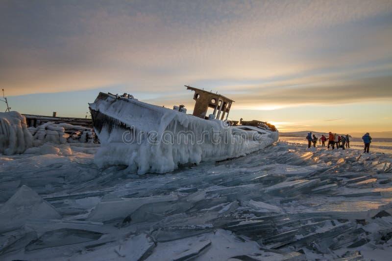 Jeziorny Baikal przy zmierzchem, everything zakrywa z lodem i śniegiem, fotografia royalty free
