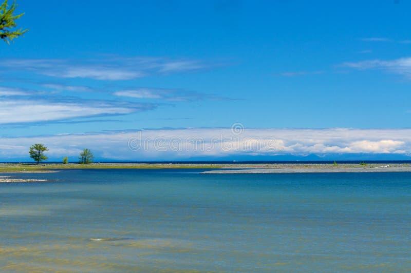 Jeziorny Baikal widok chmurnieje górę zdjęcia stock