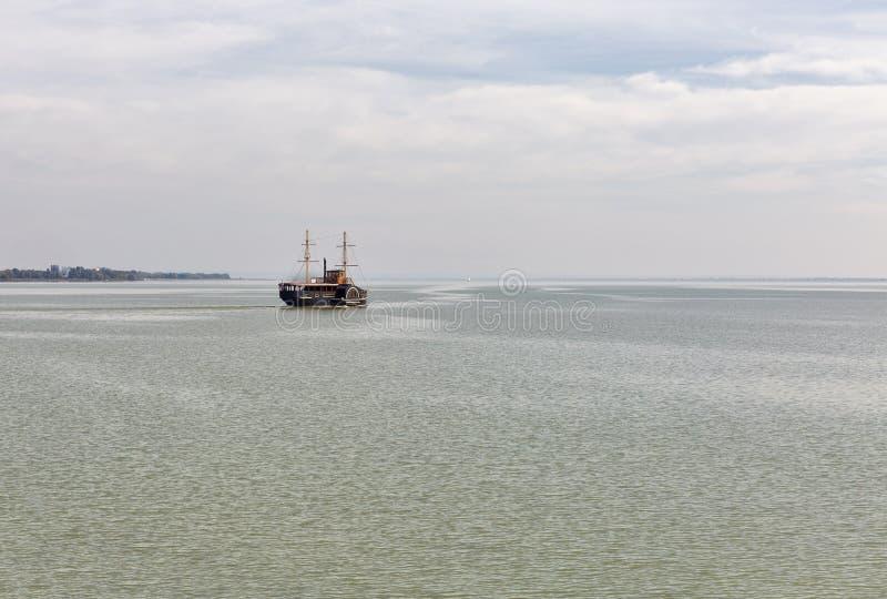 Jeziorny Balaton krajobraz z turystycznym statkiem, Węgry zdjęcia stock