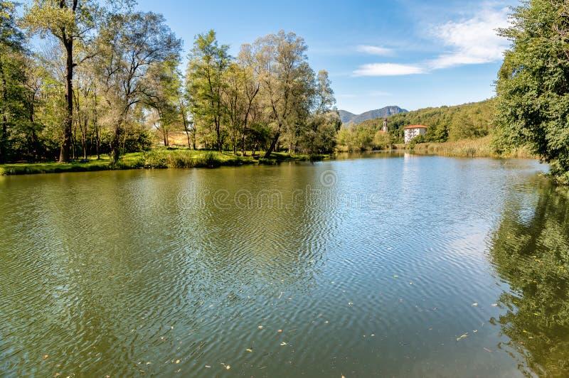Jeziorny Brinzio w valey Rasa, prowincja Varese, Włochy fotografia royalty free
