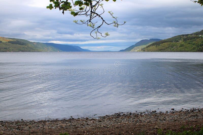 Jeziorny brzeg i jezioro w Szkocja obrazy stock