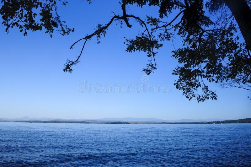 Jeziorny Champlain Od Rozszczepionego Rockowego Dzikiego Lasowego terenu, Adirondack Lasowa prezerwa, Nowy Jork zdjęcie royalty free