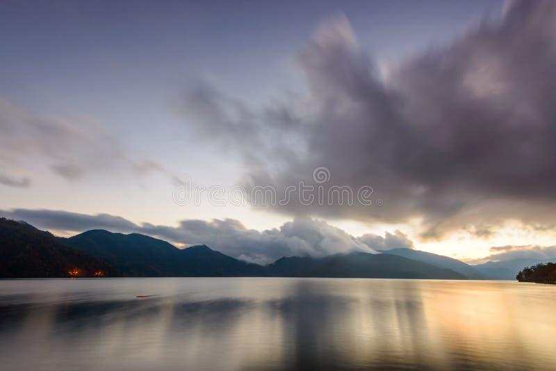 Jeziorny Chuzenji w Nikko, Japonia przy zmierzchem fotografia royalty free