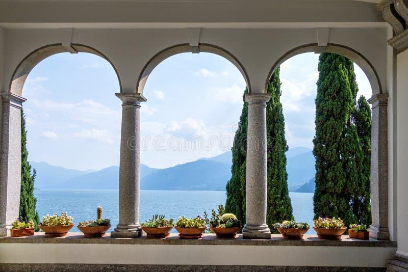Jeziorny Como z górami od balkonowego widoku obrazy royalty free