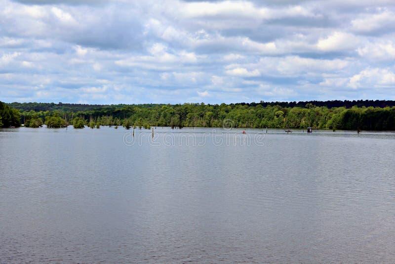 Jeziorny d ` Arbonne nad 65 campsites z 18 urlopowymi kabinami dla wielkiego wodniactwo doświadczenia lub połowu zdjęcia royalty free
