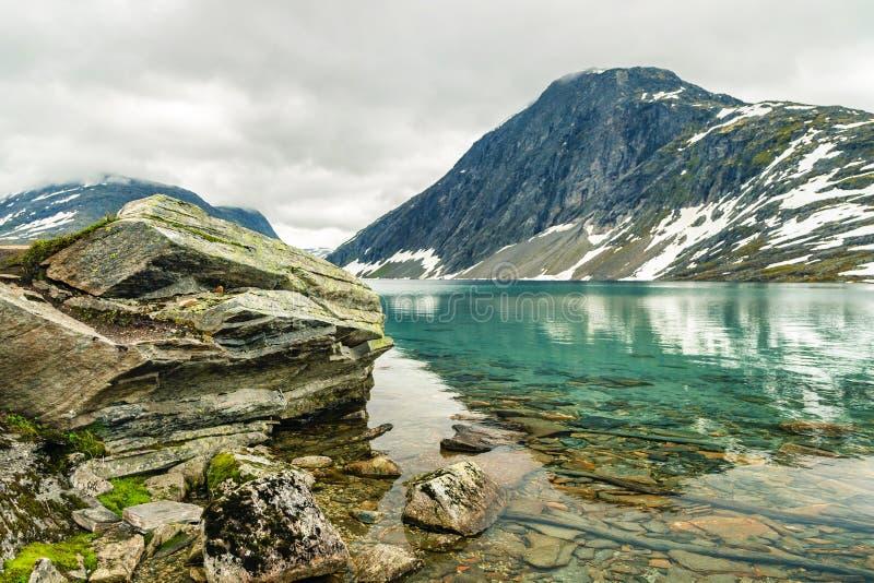 Jeziorny Djupvatnet blisko halnego Dalsnibba, Norwegia fotografia stock