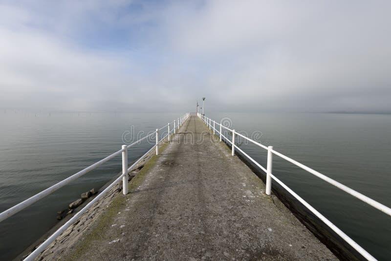 Jeziorny doku gangway po ranek mgły obraz royalty free