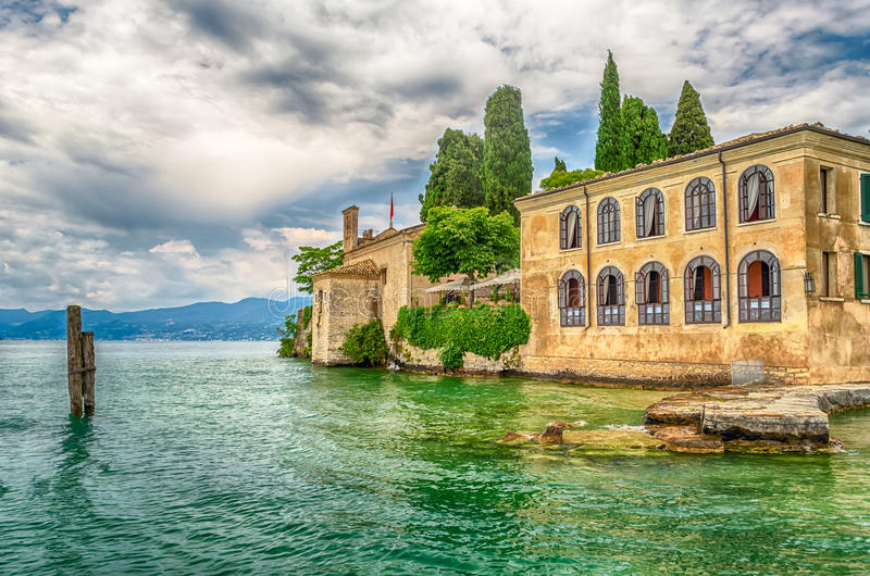 Jeziorny Garda przy Punta San Vigilio, miasteczko Garda, Włochy obraz royalty free