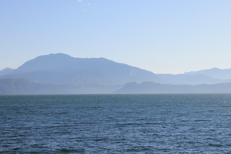 Jeziorny Garda w zimnej ranek mgiełce zdjęcie stock