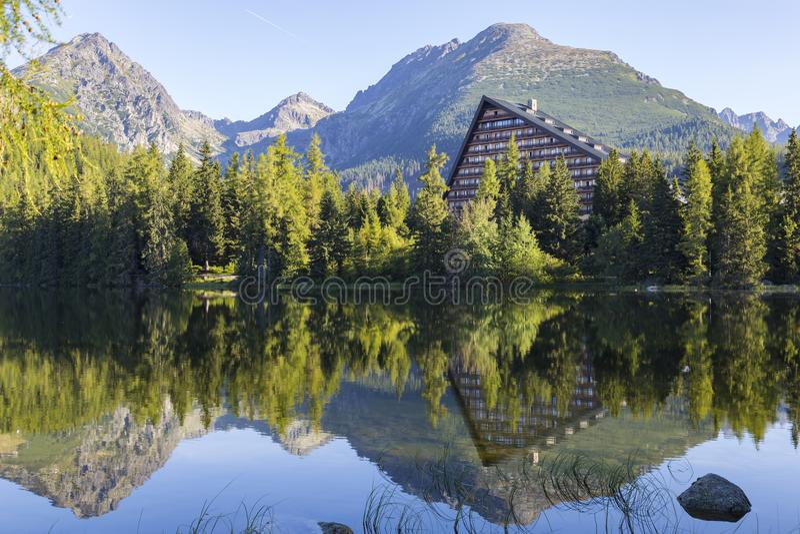 jeziorny halny malowniczy Strbske pleso wysokie tatras Sistani zdjęcie royalty free