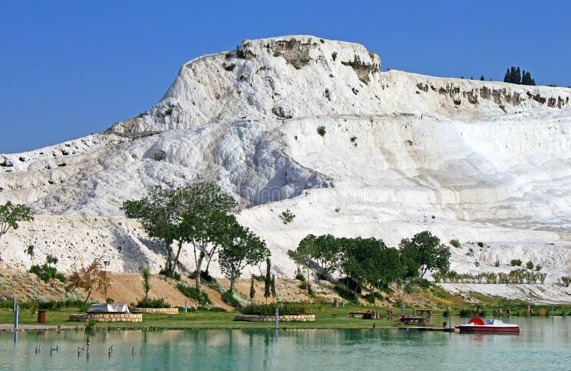 Jeziorny i wapniejący wapień tarasuje na tle, Pamukkale zdjęcie stock