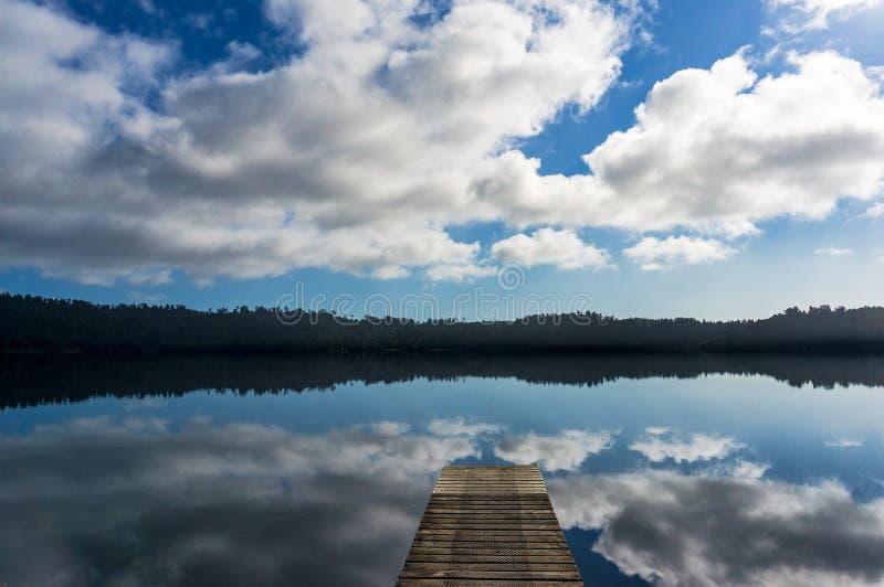 Jeziorny Ianthe z drewnianym jetty na spokojnym słonecznym dniu zdjęcia stock