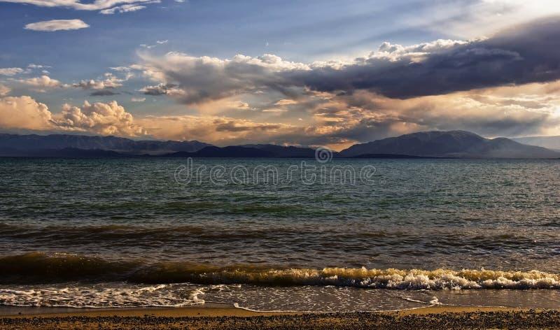 Jeziorny Issyk-Kul w Kirgistan przy zmierzchem fotografia stock
