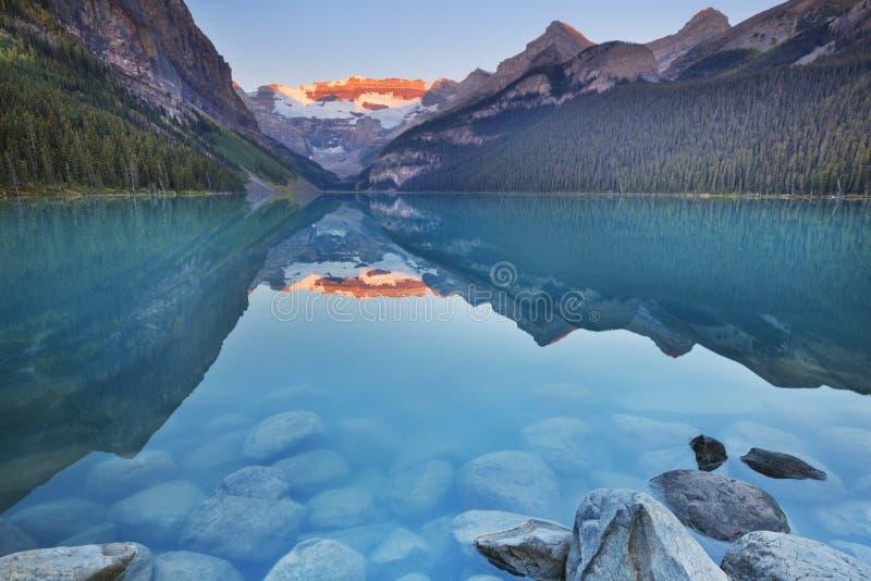 Jeziorny Louise, Banff park narodowy, Kanada przy wschodem słońca fotografia stock
