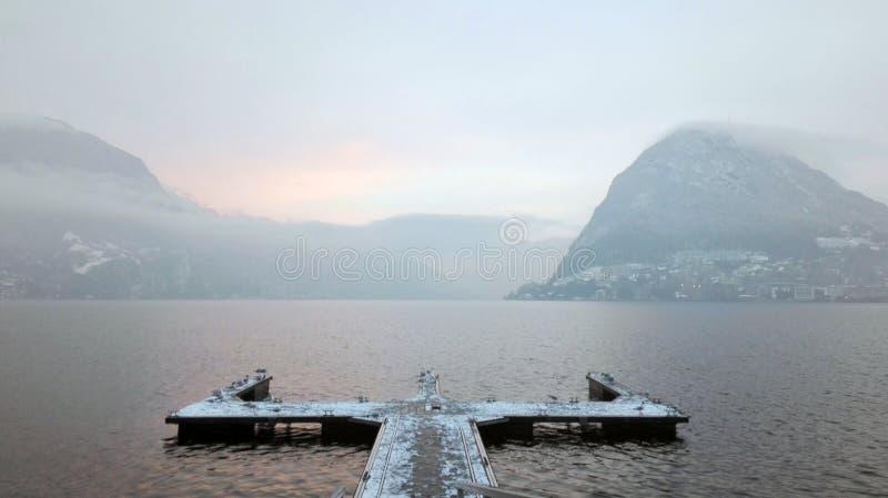 Jeziorny Lugano w zimie, pojęcia wątpliwość, wybór, niepewność, rozdroża obraz stock
