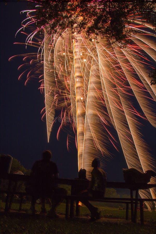 Jeziorny Madison i miasto Madison, Południowy Dakota świętujemy 4th Lipiec z fajerwerkami obraz stock