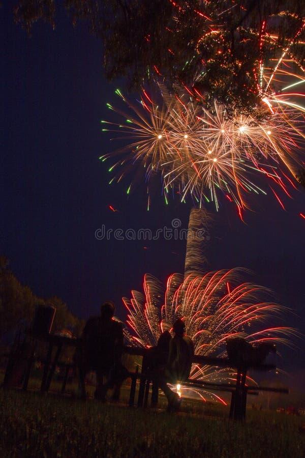 Jeziorny Madison i miasto Madison, Południowy Dakota świętujemy 4th Lipiec z fajerwerkami obrazy royalty free