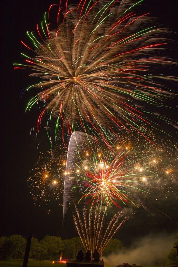 Jeziorny Madison i miasto Madison, Południowy Dakota świętujemy 4th Lipiec z fajerwerkami fotografia royalty free