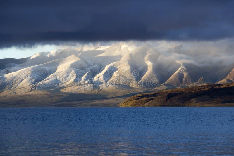 Jeziorny Manasarovar w ranku zdjęcia royalty free