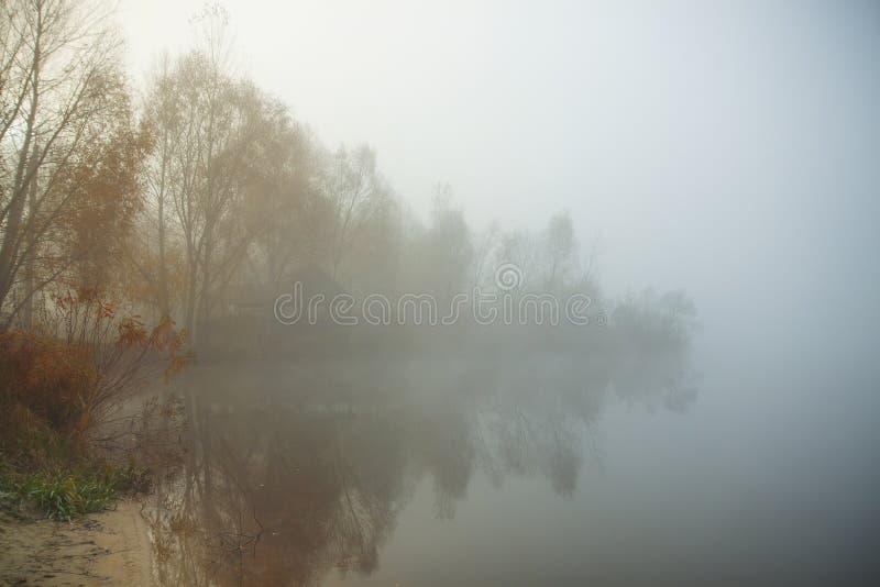 jeziorny mglisty ranek Gazebo lub łowiecka stróżówka w lesie jeziorem zdjęcie stock