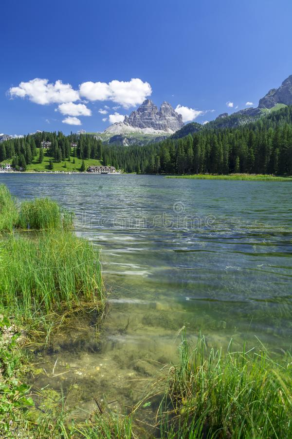 Jeziorny Misurina i Tre cime Di Lavaredo w zimie obrazy royalty free