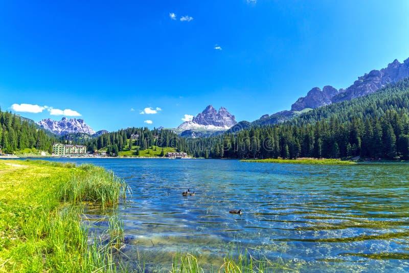 Jeziorny Misurina i Tre cime Di Lavaredo w zimie fotografia stock