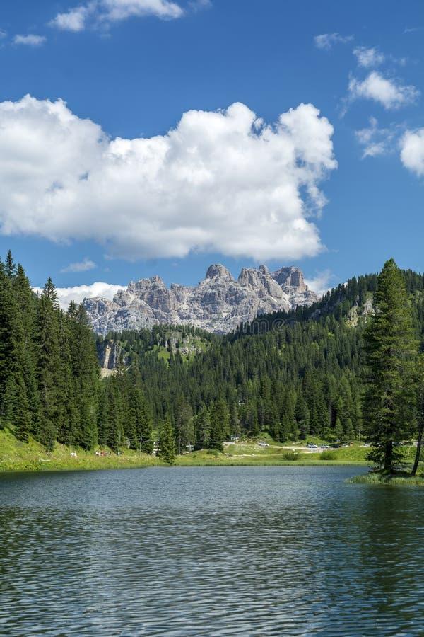 Jeziorny Misurina w lecie, Włochy fotografia stock