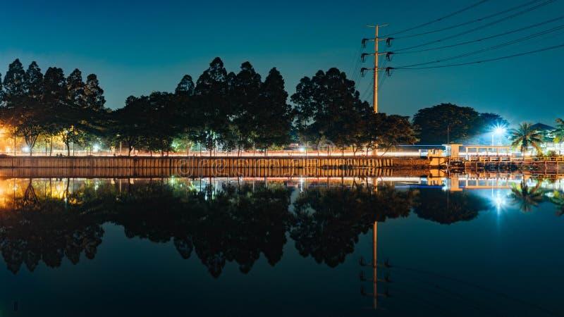Jeziorny odbicie przy nocą zdjęcie royalty free