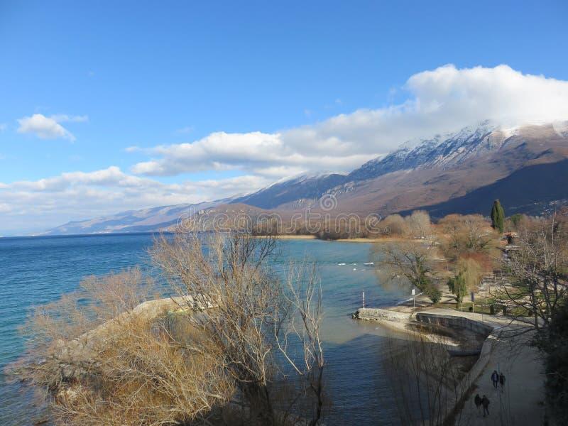 Jeziorny Ohrid i góra w tle, Macedonia zdjęcie royalty free