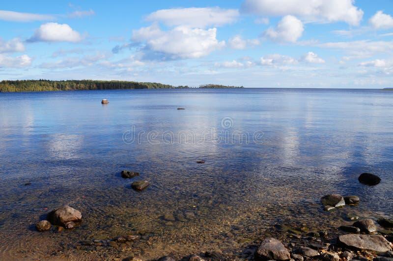 Jeziorny Onega na pogodnym jasnym dniu, spokój, chmury w niebie, ty możesz widzieć brzeg overgroun z lasem w przedpolu kamień fotografia royalty free