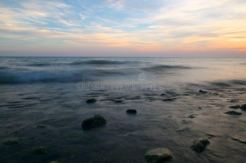 Jeziorny Ontario zmierzch z wygładzoną wodą nad skałami obrazy stock