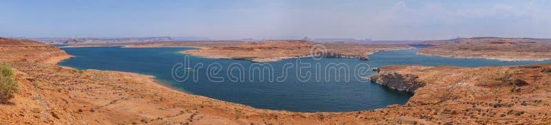 Jeziorny Powell, panoram czerwone rockowe formacje otacza błękitnego jezioro w pustyni Arizona, Stany Zjednoczone obrazy royalty free