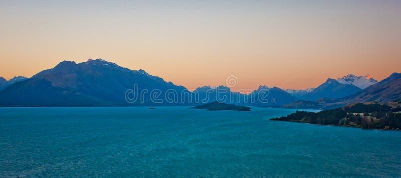 Jeziorny Pukaki przy zmierzchu czasem, Nowa Zelandia fotografia royalty free