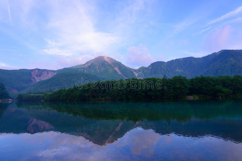 Jeziorny Taisho Yake w Kamikochi i góra, Nagano, Japonia zdjęcie royalty free