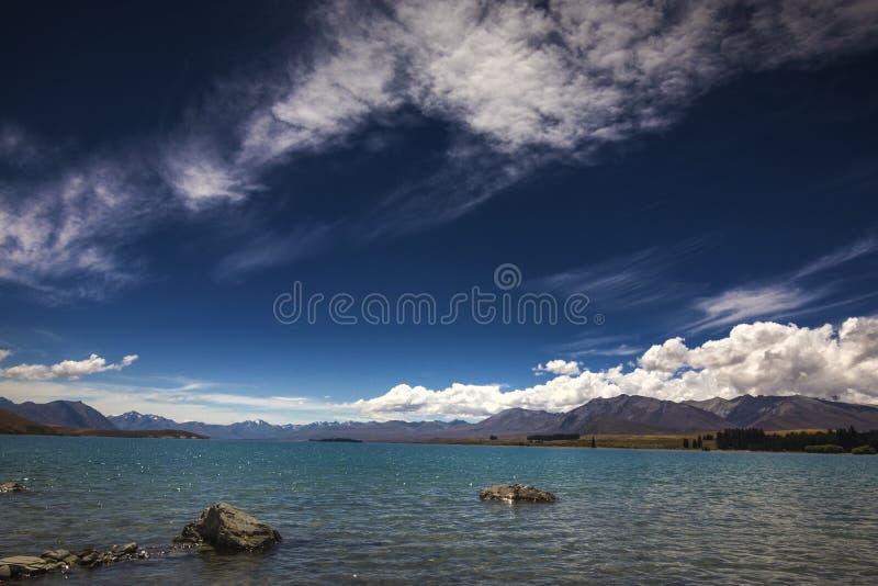 Jeziorny Tekapo Nowa Zelandia 2018 lato z niebieskim niebem i chmurą fotografia royalty free