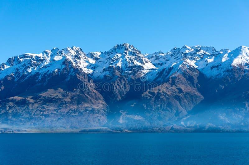 Jeziorny Wakatipu krajobraz z śnieg zakrywać górami zdjęcia royalty free