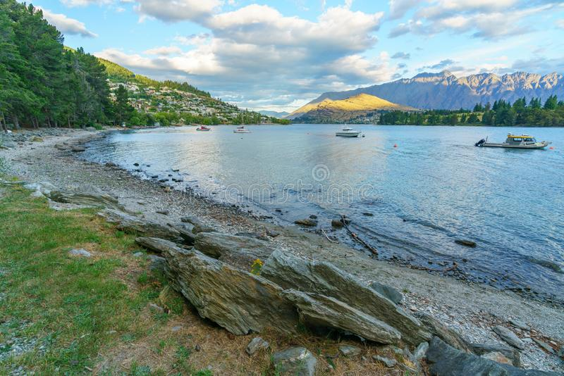 Jeziorny wakatipu w górach Queenstown, otago, nowy Zealand 2 zdjęcie stock