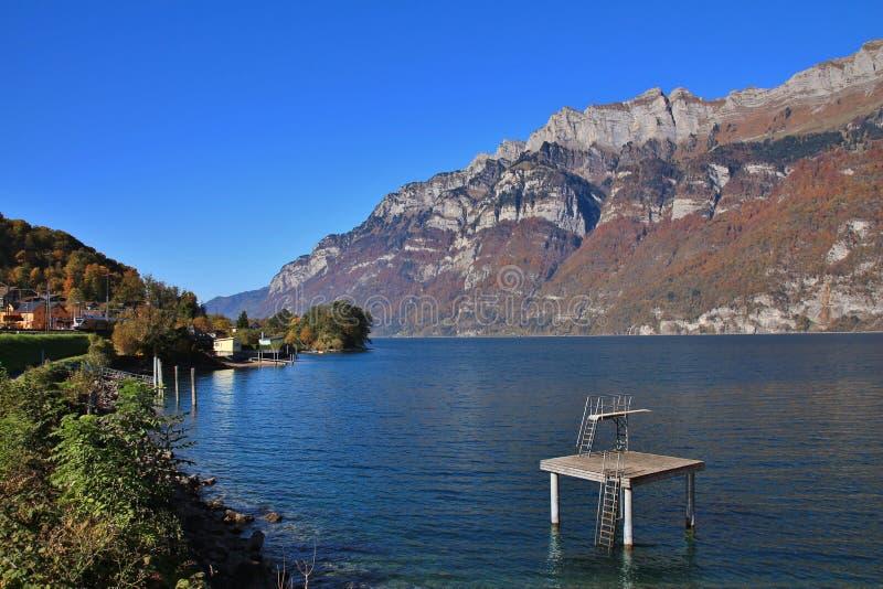 Jeziorny Walensee i góry Churfirsten rozciągamy się w jesieni fotografia royalty free