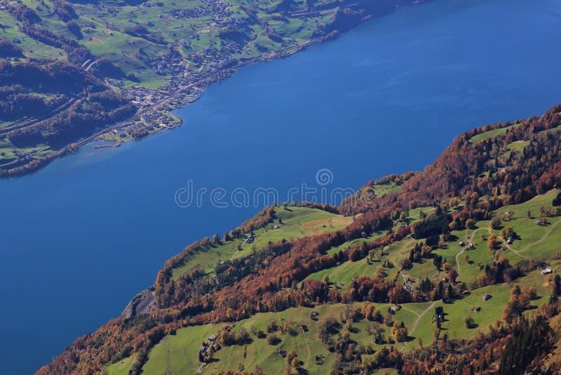 Jeziorny Walensee i kolorowy lasowy Walenstadtberg Widok od Cha fotografia stock