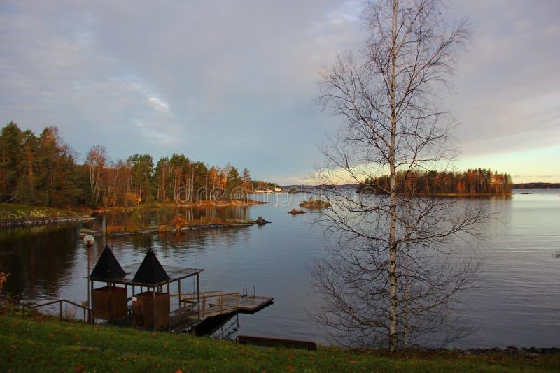Jeziorny widok, czysty gładzi wodnego, drewnianego molo dla pływać, fotografia stock