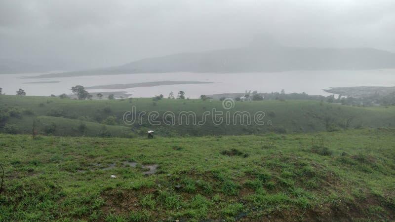 Jeziorny widok od zielonej góry fotografia royalty free