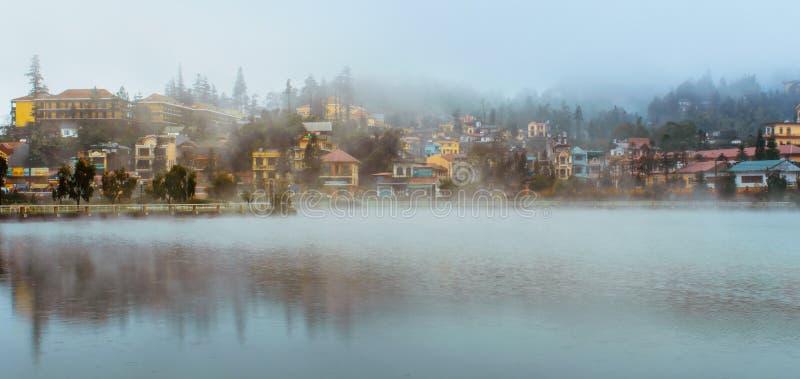 Jeziorny widok Sapa miasto w mgle, Sapa, Lao Cai, Wietnam fotografia stock