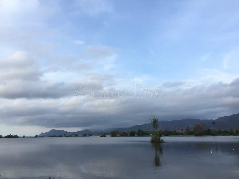 Jeziorny widok z dramatycznym niebem jako tło zdjęcie royalty free