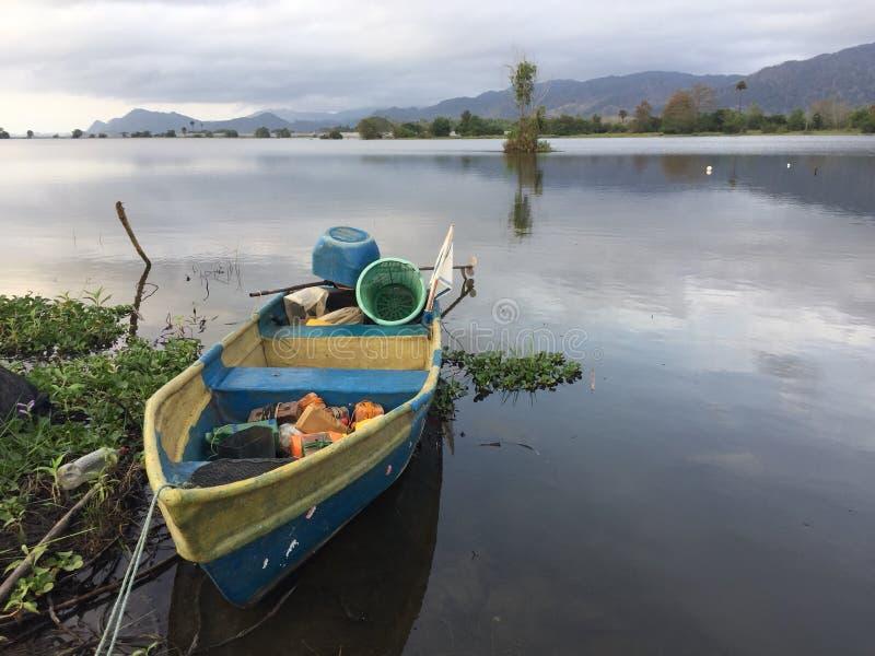 Jeziorny widok z małą łódką obraz royalty free