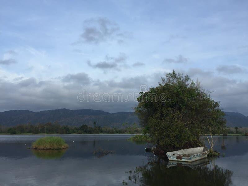 Jeziorny widok z małą łódką zdjęcia stock