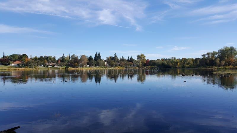 Jeziorny widok z niebem fotografia stock