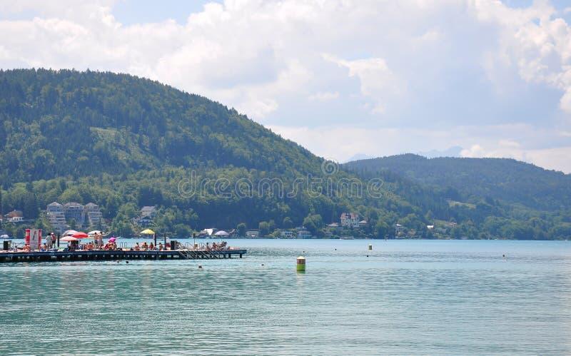 Jeziorny Woerthersee Austria, Czerwiec, - 3, 2017: Jeziorna scena z molem fotografia stock