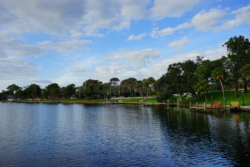 Jeziorny zalewisko bank obrazy stock